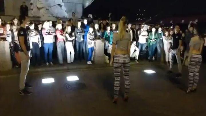 Танцы где женщины крутят попами у мужиков видео