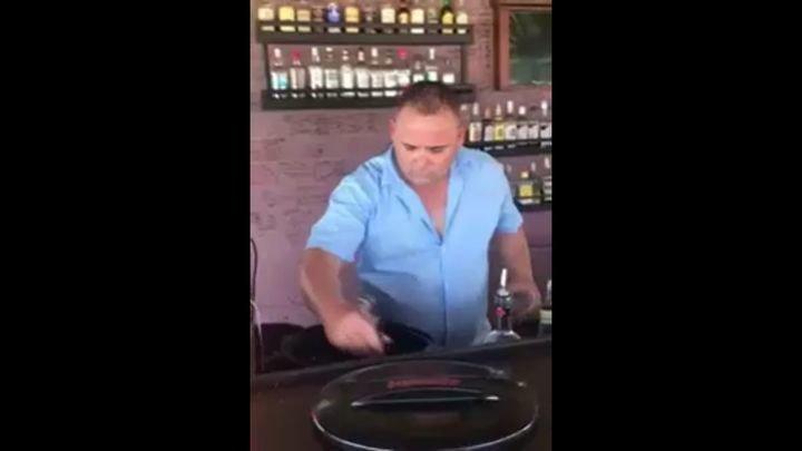 Черный бармен каждый день с новой туристкой