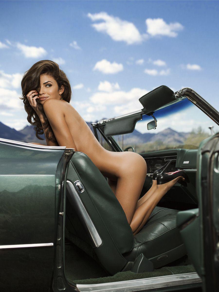сексуальная брюнетка на шпильке за рулем автомобиля его