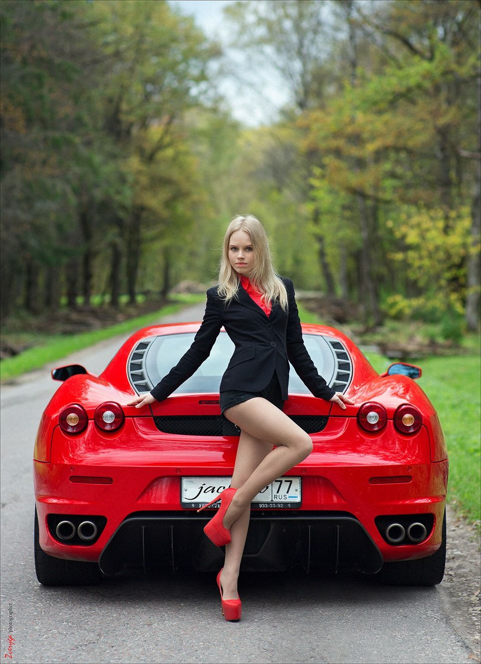 Desktop Sexy Girls Model With Classic Ferrari