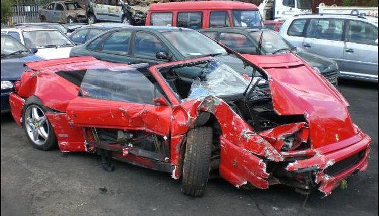 получите доступное фото разбитое красное кабрио нейтрализующего защитного луча