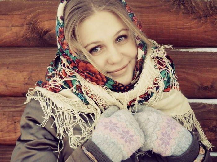 Девушка в русском платке занимается сексом
