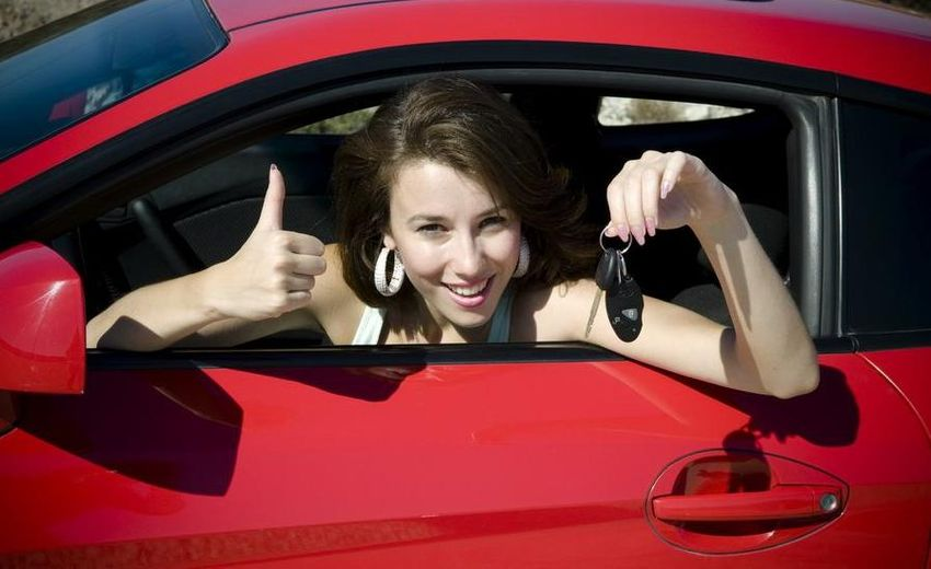 Жен показывает в машине