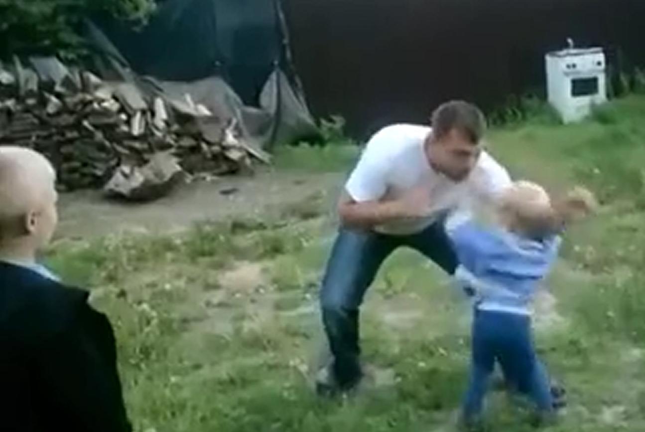 Дерется женщина с мужчиной к неравному бою, противник окажется сильнее вас.