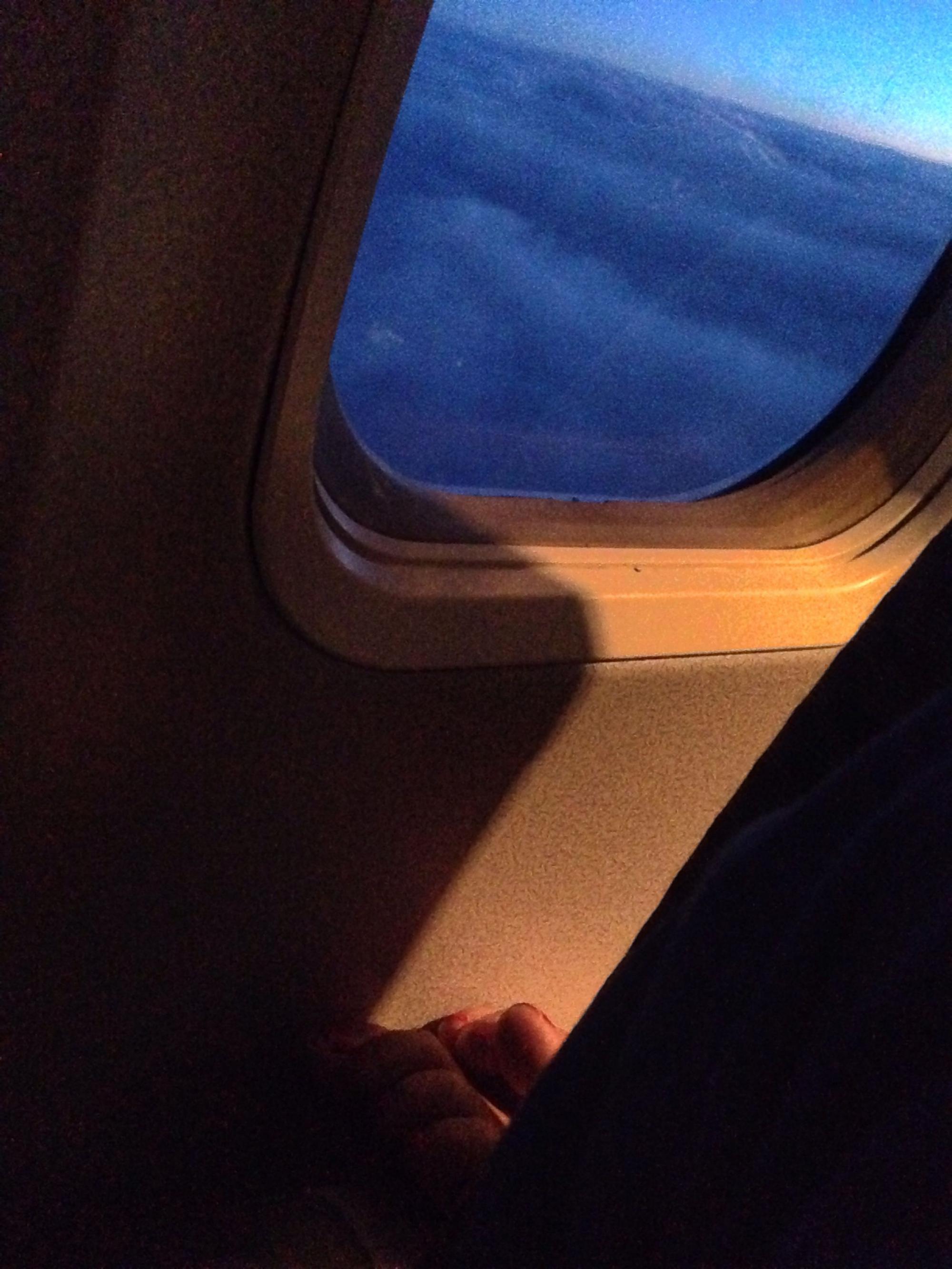 учитывая тот картинка человек сидит у иллюминатора самолета трубы своими