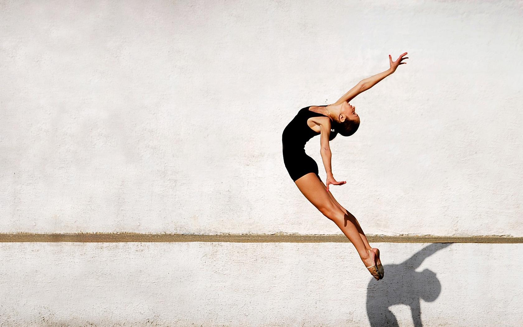 Девушка занимается гимнастикой перед сексом