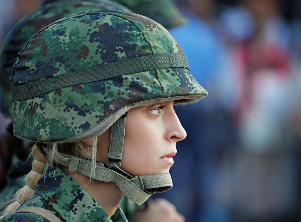 Девушки в военной форме с большой грудью