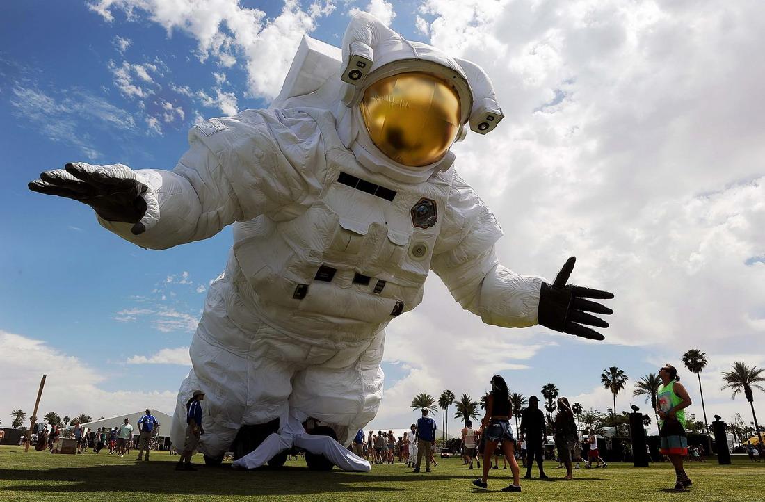 существует знаменитое космонавт картинки приколы что сделала зеркальный