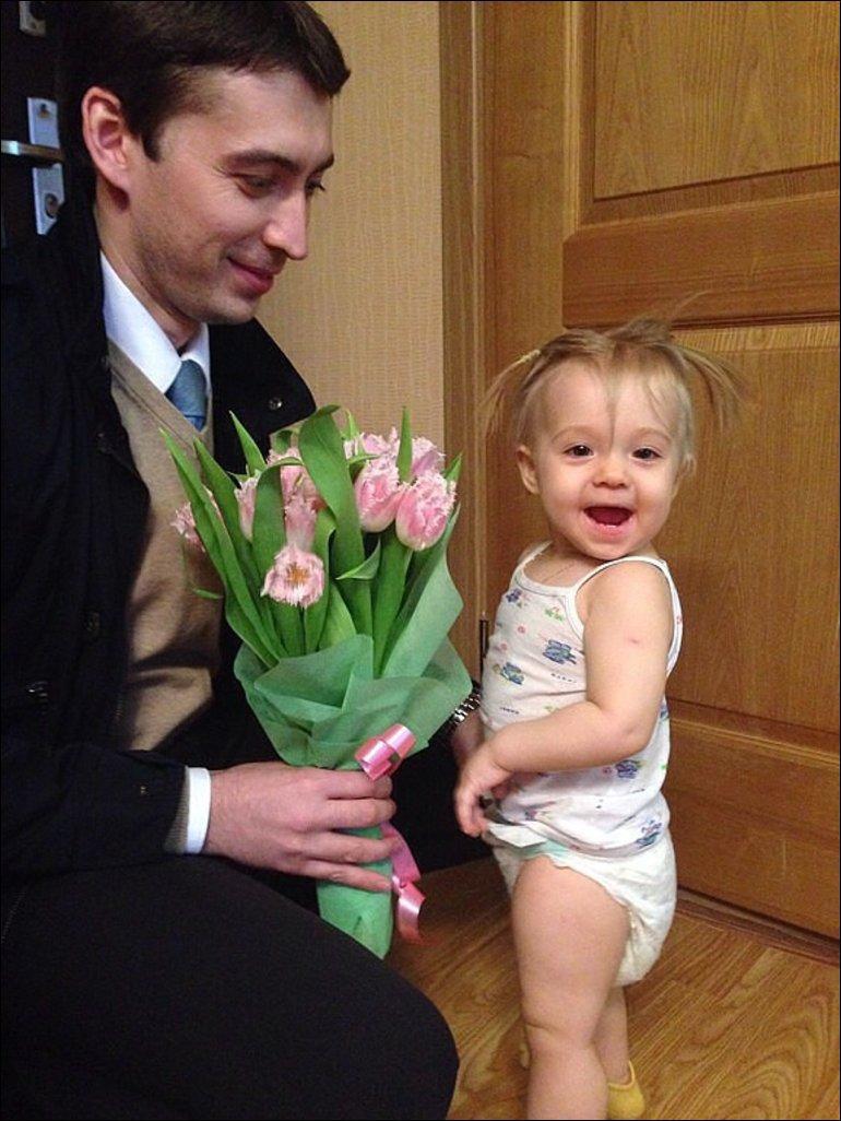Папа делает дочке приятно в ванной