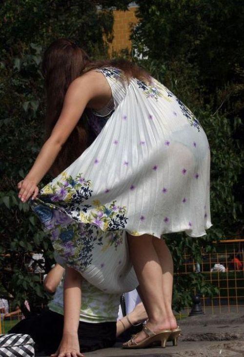 Голые девушки в модных платьях охраняется