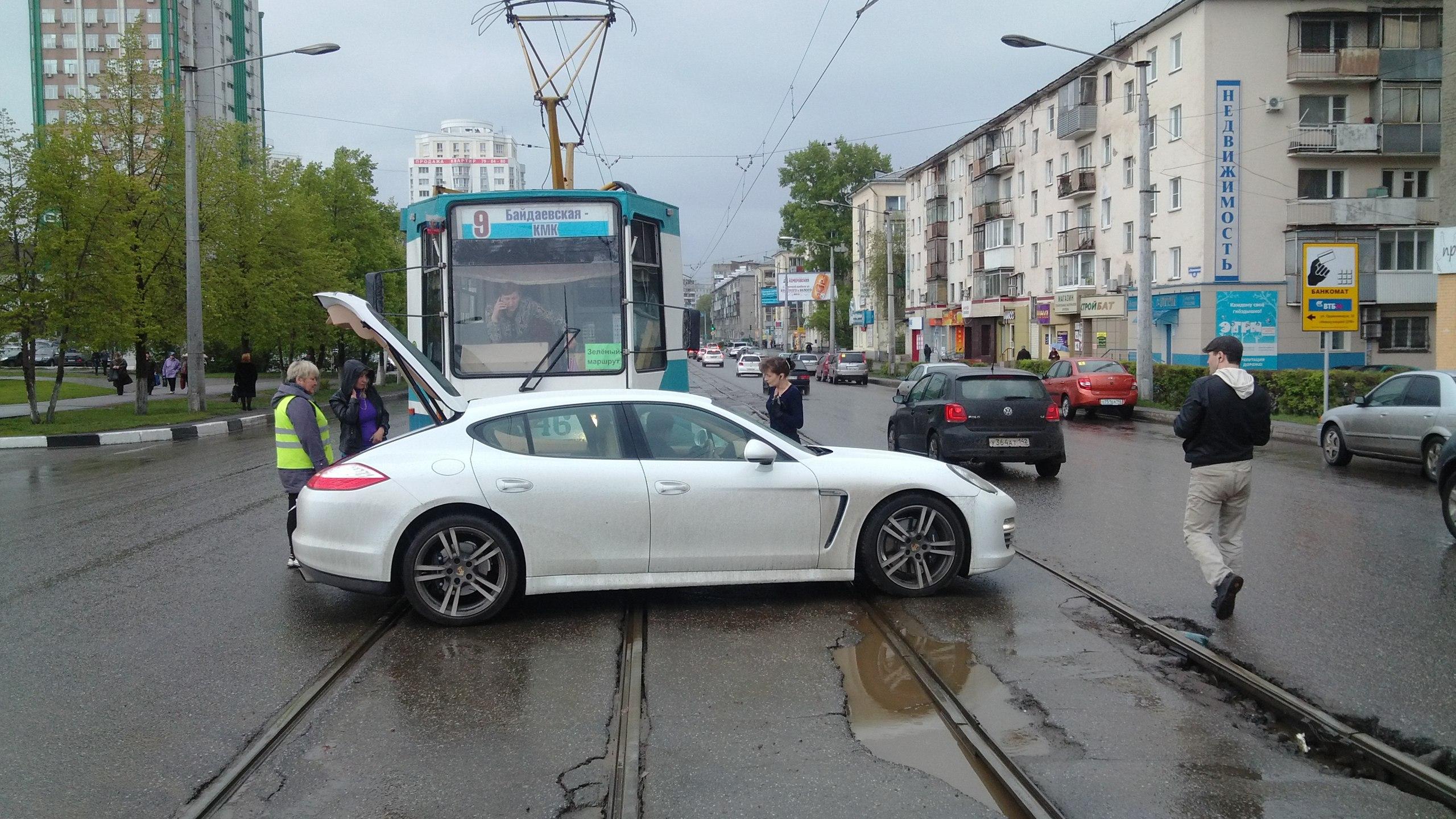 в новокузнецке трамвай протаранил porsche panamera.