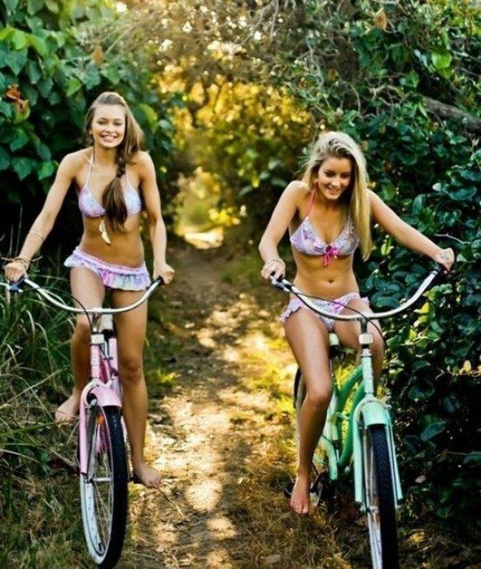 девушки в мини бикини и велосипеды дырочка