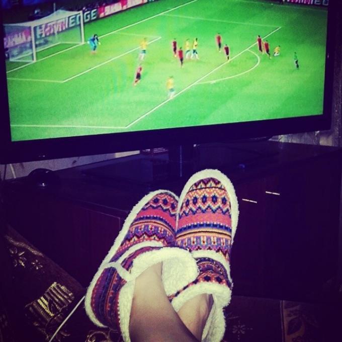 Картинки как девушки смотрят футбол