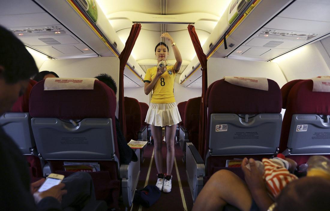 Девушка ебется в самолёте фото почему