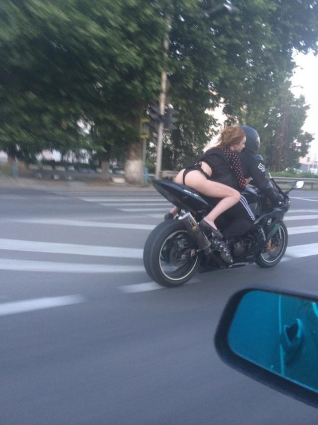 На мотоцикле фото платье задирается девки а