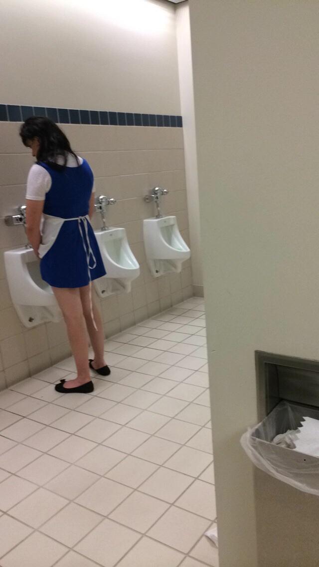 Девушка в туалете для парней разделась студии