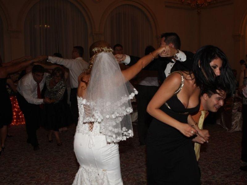 nevesta-na-svadbe-ostalas-bez-plavok-onlayn