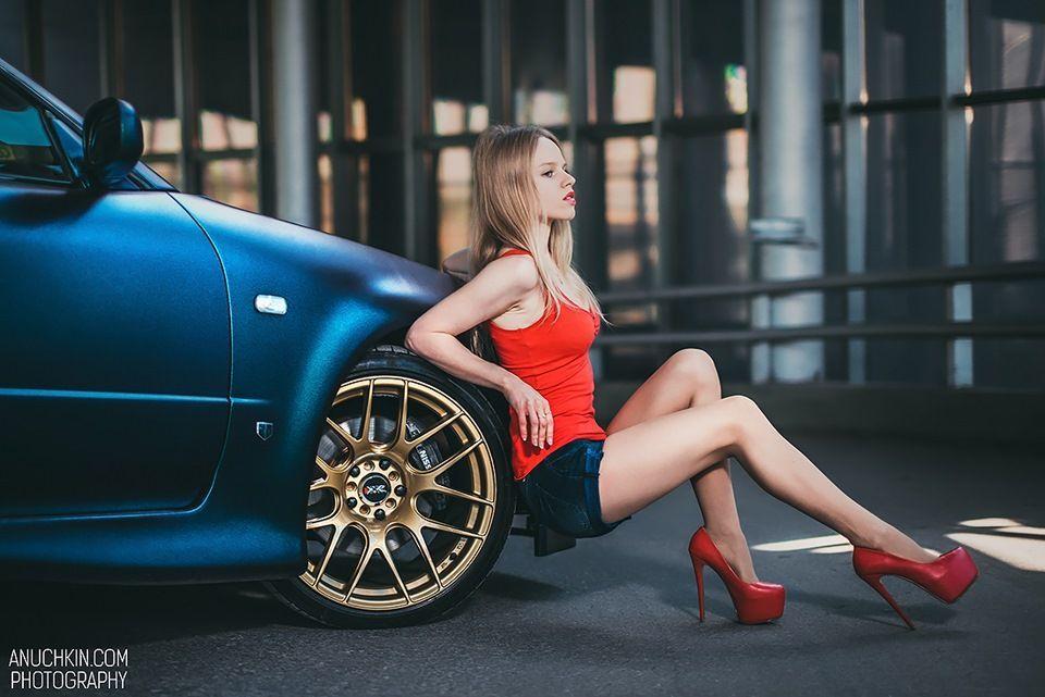 Сексуальная девушка у авто