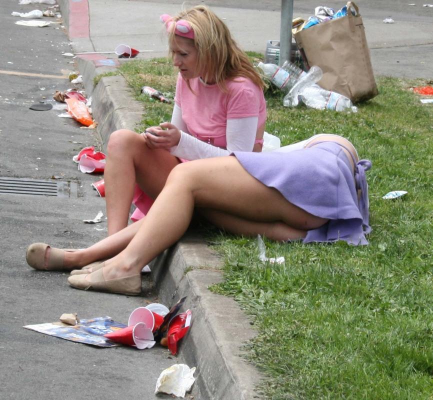 Пьяные бабы валяются на улице без одежды