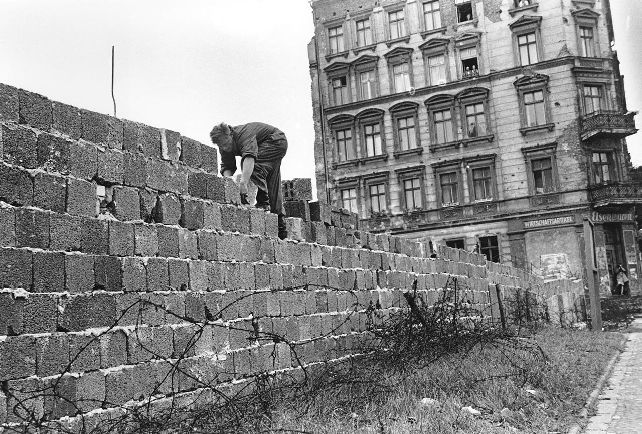 фото возведения берлинской стены работала