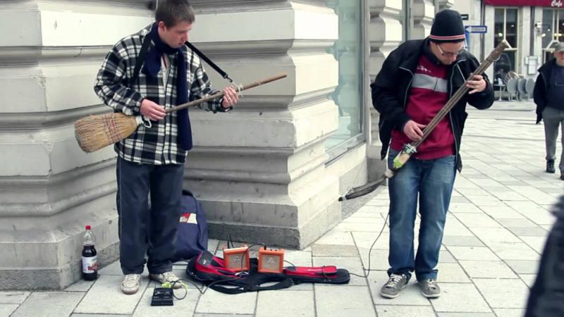 Street Musicians with unbelievable handmade Guitars