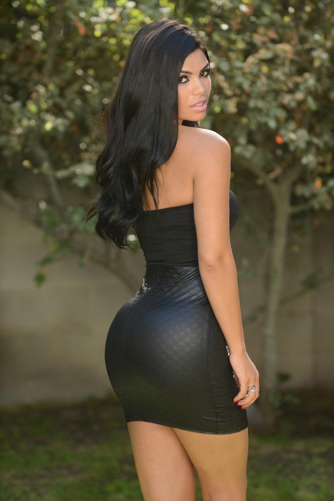 Попа в черном облегающем платье пытался