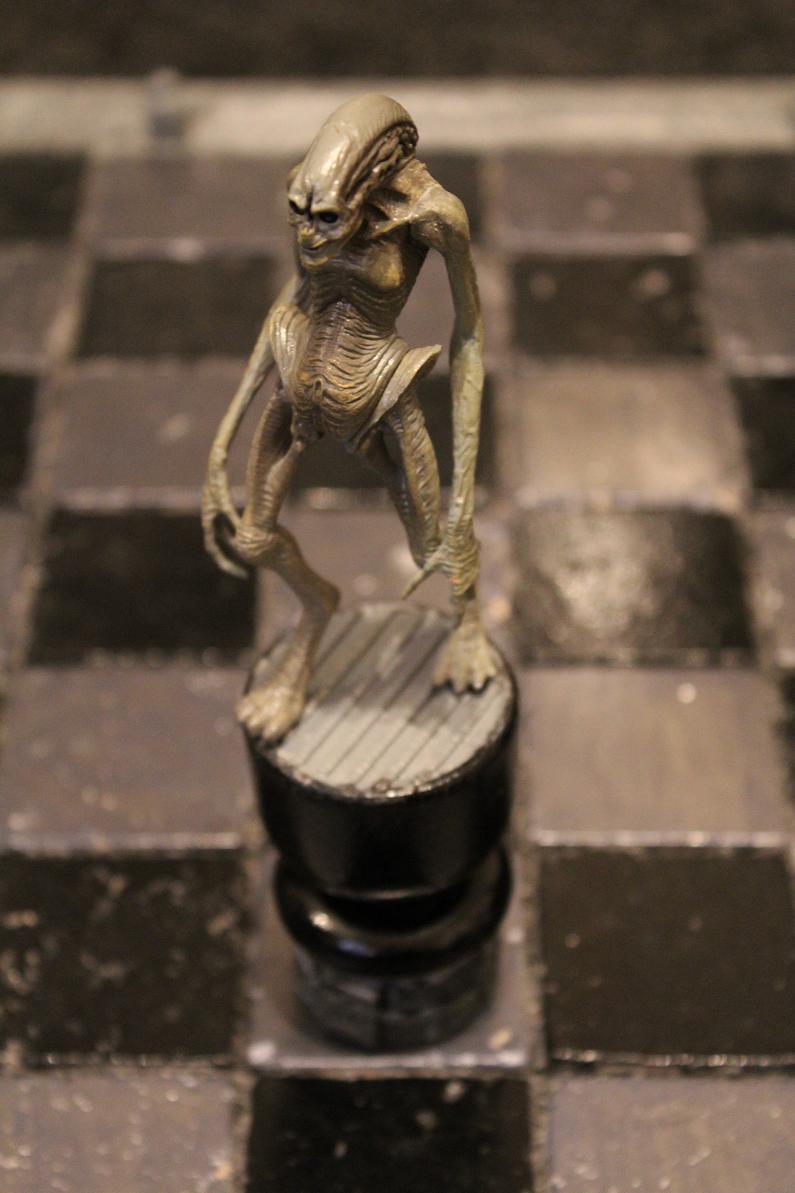 Чужой и хищник играют в шахматы картинка