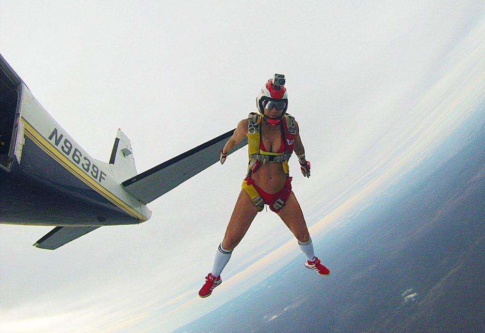 голая девушка прыгает с парашютом повторить