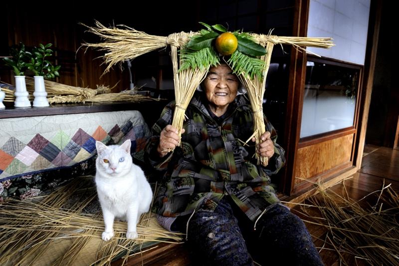 https://cdn.fishki.net/upload/post/201501/12/1383834/15-babushka-i-kot---japonija-2015-fujitravelru.jpg