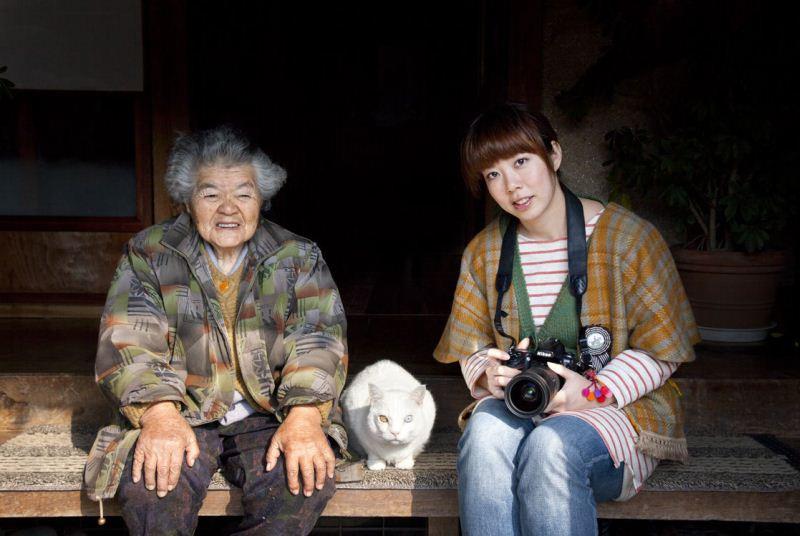 https://cdn.fishki.net/upload/post/201501/12/1383834/39-babushka-i-kot---japonija-2015-fujitravelru.jpg