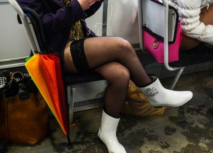 Под юбкой в транспорте метро