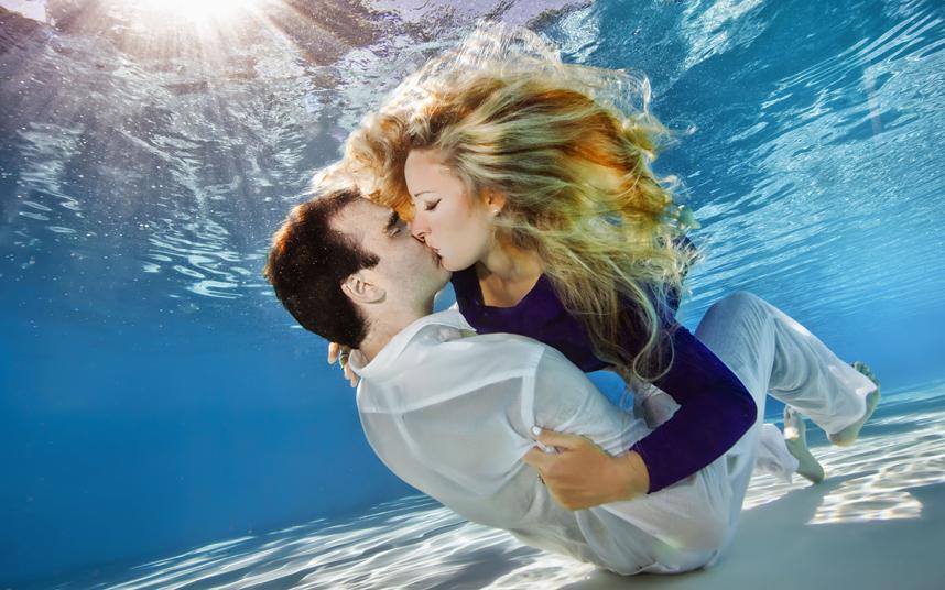 картинки с поцелуями в воде хлопка