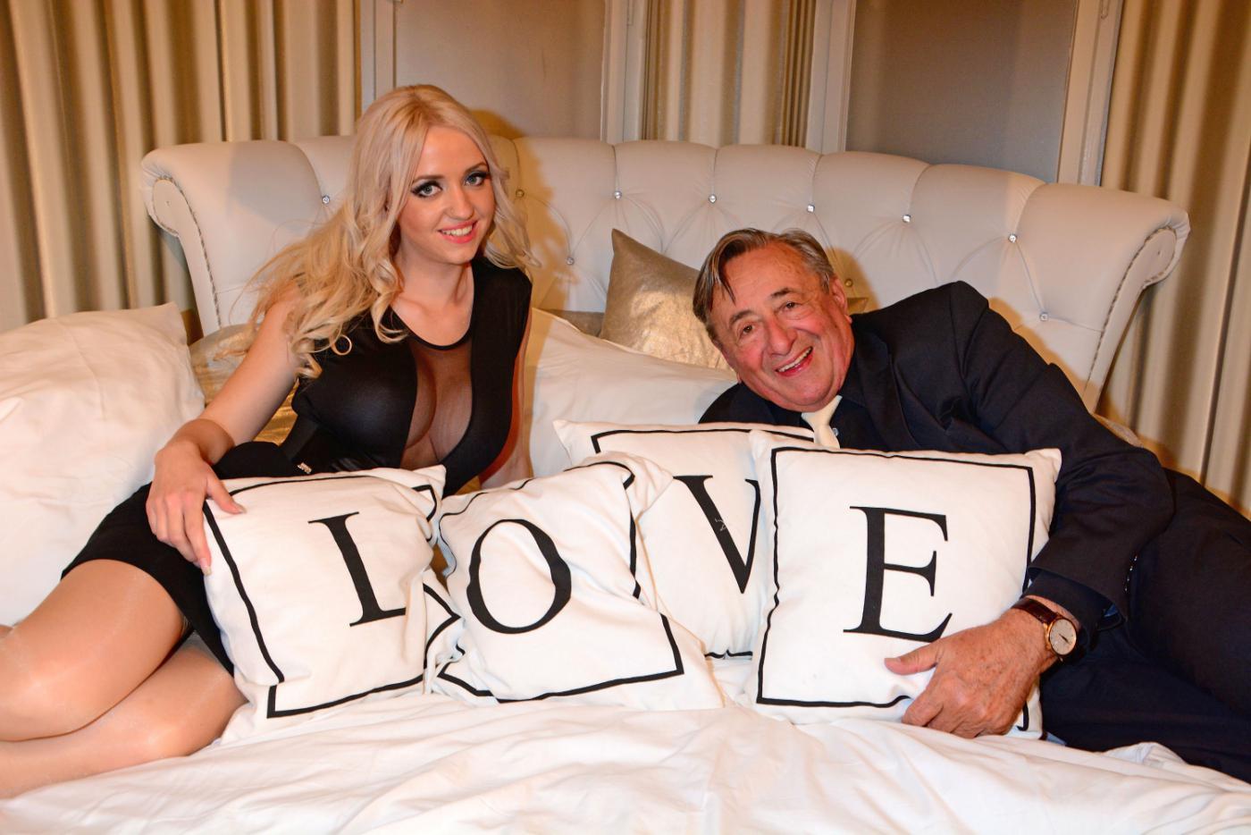 этот старый миллионер с молодой женой блондинкой ощущал