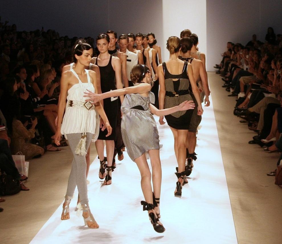 Девушки ходят по подиуму в сексуальных нарядах