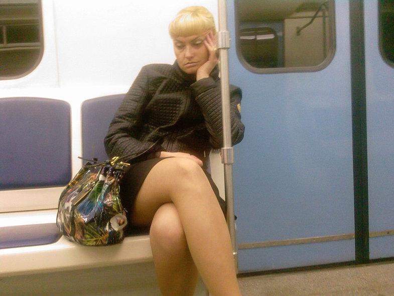 русские женщины мини-юбки видео в метро - 4