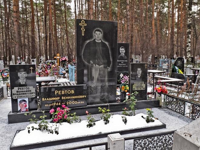 """10_image Оросын гэмт хэргийн ертөнцийн """"Загалмайлсан эцэг""""-үүдийн хөшөө"""