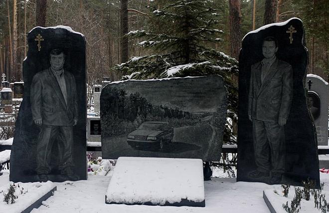 """13_image Оросын гэмт хэргийн ертөнцийн """"Загалмайлсан эцэг""""-үүдийн хөшөө"""