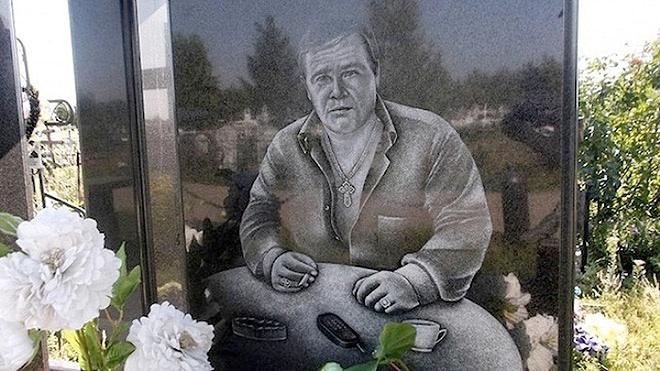 """15_image Оросын гэмт хэргийн ертөнцийн """"Загалмайлсан эцэг""""-үүдийн хөшөө"""