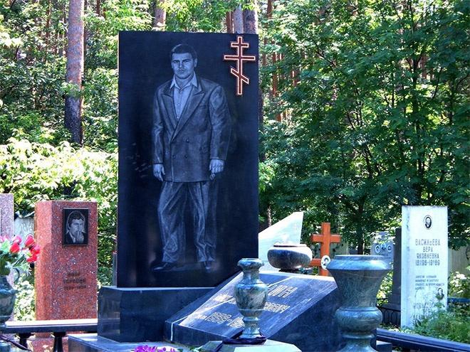 """17_image Оросын гэмт хэргийн ертөнцийн """"Загалмайлсан эцэг""""-үүдийн хөшөө"""