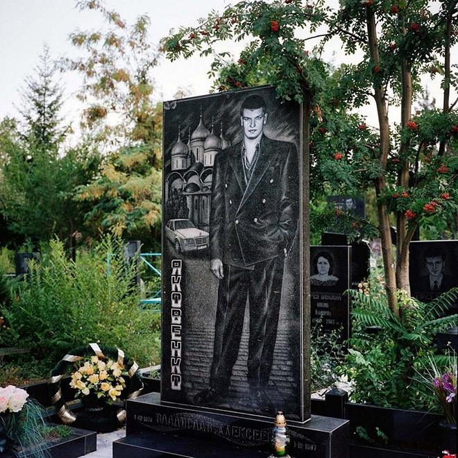 """2_image Оросын гэмт хэргийн ертөнцийн """"Загалмайлсан эцэг""""-үүдийн хөшөө"""
