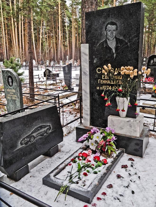 """5_image Оросын гэмт хэргийн ертөнцийн """"Загалмайлсан эцэг""""-үүдийн хөшөө"""