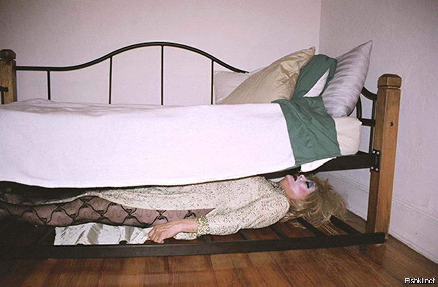 Она лазила под кроватью и он увидел весь зад молодых