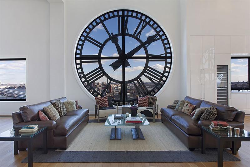 6. Большая комната с окном в виде часов в старой башне. дизайн, дом, идея, креатив