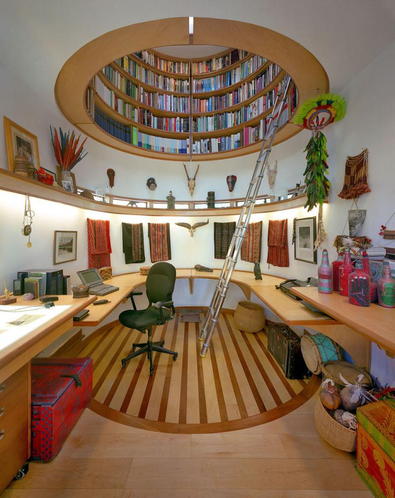 3. Потолочная библиотека над рабочим кабинетом, куда ведет лестница из нержавеющей стали. дизайн, дом, идея, креатив