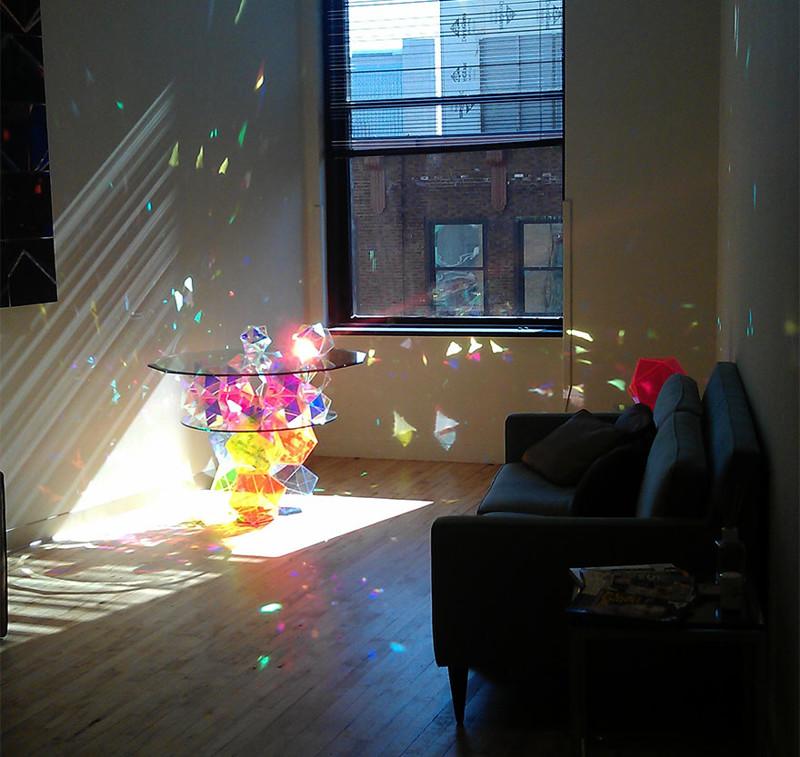 17. Журнальный столик со стеклянными призмами, расцвечивающими комнату веселыми красками. дизайн, дом, идея, креатив