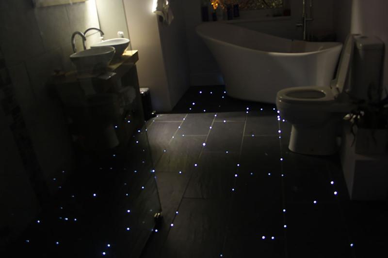 14. Диоды, встроенные в пол, которые в темноте так завораживающе светятся в ванной комнате. дизайн, дом, идея, креатив