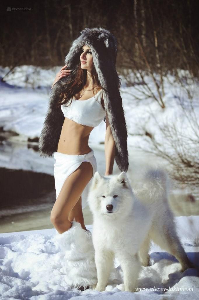 Красивая девушка полностью обнажилась зимой на снегу