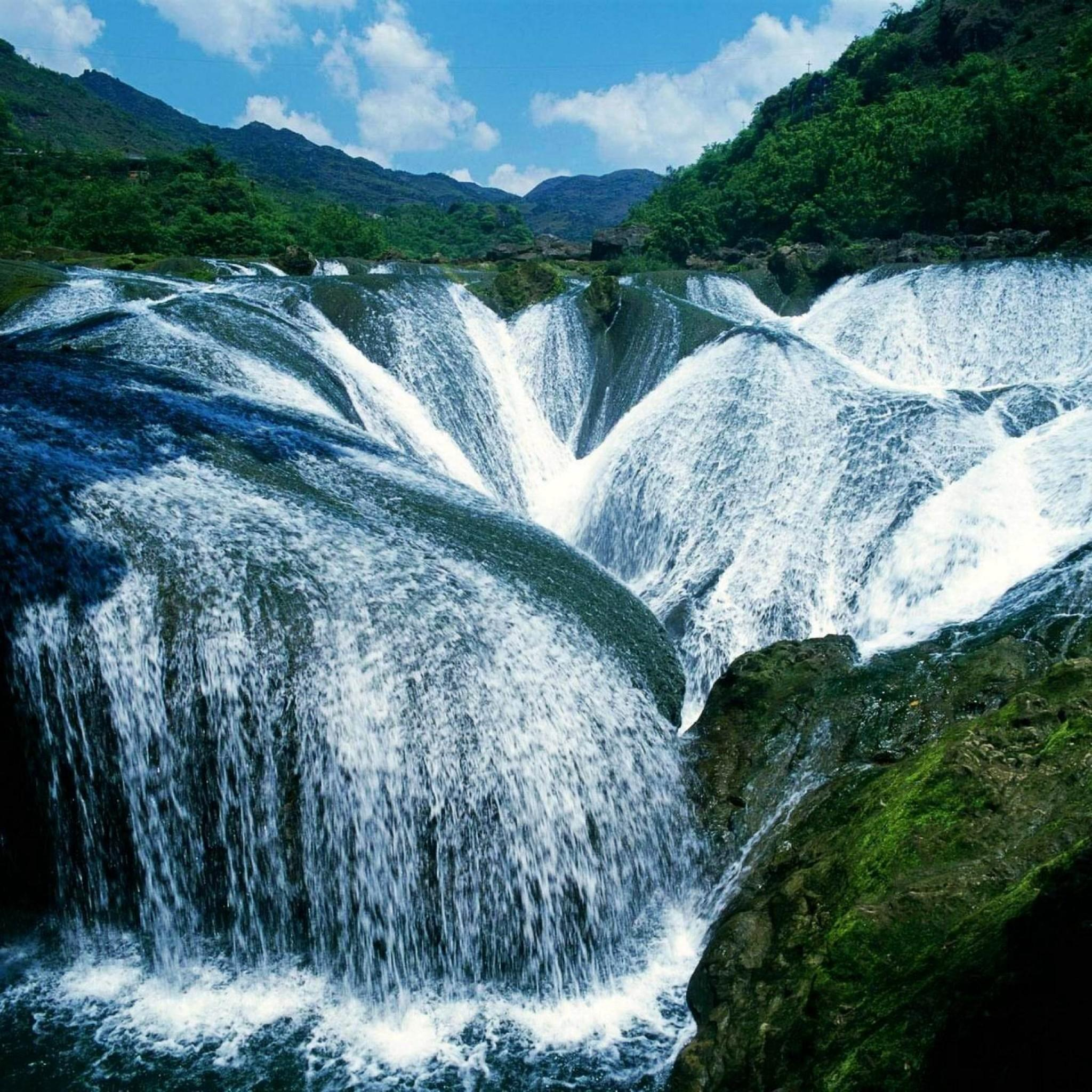 Waterfall Cascading in Nine-Village Valley, Sichuan, China бесплатно