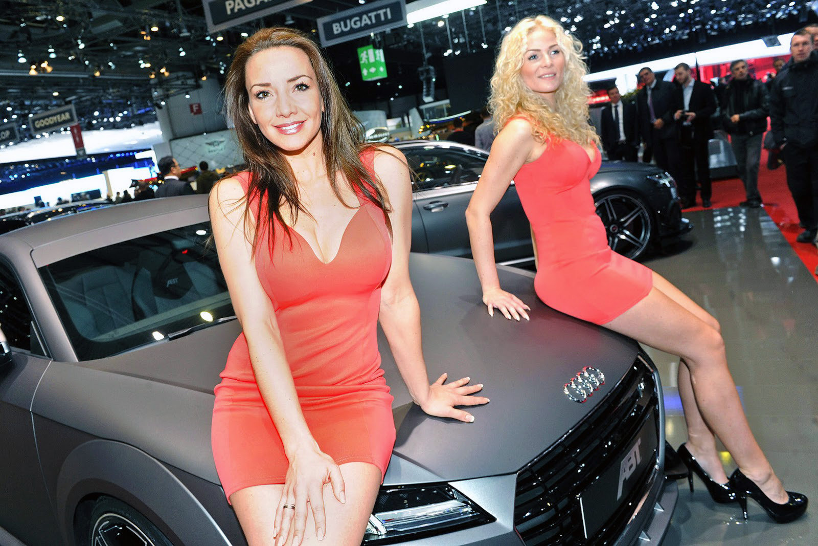 Красивые девушки на автошоу