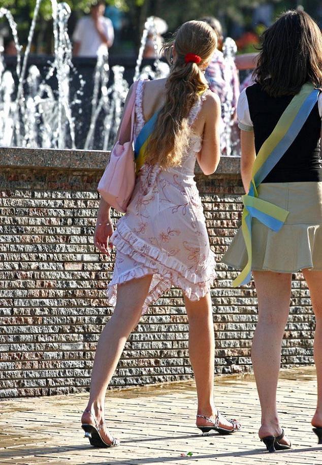 пальцы девушки на улицах в прозрачных платьях выдержав